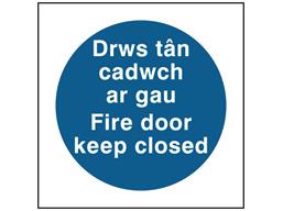 Drws tân cadwch ar gau, Fire door keep closed. Welsh English sign.