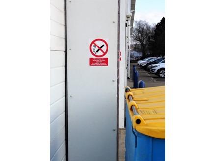 Mae ysmygu yn y fangre, It is against the law to smoke. Welsh English sign.